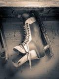 Vieil accrocher de patin d'hockey images stock