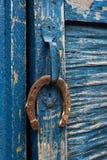 Vieil accrocher en fer à cheval sur la poignée de porte Photo libre de droits