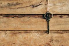 Vieil accrocher principal sur le bois brun Images stock