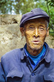 Vieil agriculteur dans le bleu traditionnel Photographie stock libre de droits
