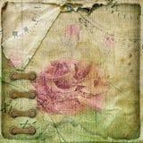 Vieil album chiffonné de vintage de page avec des cartes postales Photographie stock