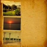 Vieil album de vintage avec des cartes postales de ses voyages Images libres de droits