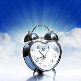 Vieil allarm argenté sur le ciel Image libre de droits
