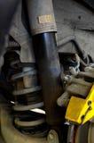 Vieil amortisseur sale avec la fuite d'huile Photographie stock