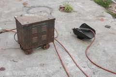Vieil appareil à souder de rouille, masque de soudure, la vieille toujours vie Photo stock