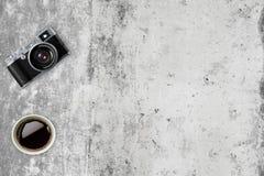 Vieil appareil-photo au rétro arrière-plan de vintage Photographie stock libre de droits