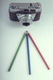 Vieil appareil-photo avec des crayons de RVB Photographie stock libre de droits