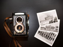 Vieil appareil-photo biooptic et vieilles photos noires et blanches photographie stock