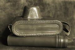Vieil appareil-photo dans le cas et le cahier en cuir Photographie stock libre de droits