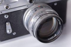 Vieil appareil-photo de cru avec la poussière, orientation molle photographie stock