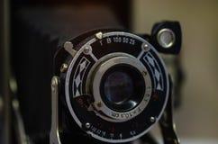 Vieil appareil-photo de film sur un fond noir photo libre de droits