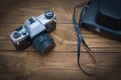 Vieil appareil-photo de film sur une table en bois dans le studio images libres de droits