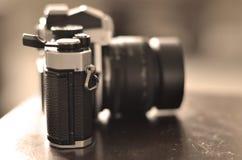 Vieil appareil-photo de film de vintage avec la lentille manuelle de foyer Photo stock