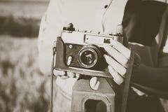 Vieil appareil-photo de photo dans mains des filles image stock