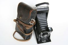 Vieil appareil-photo de pliage avec le penchement en cuir de cas Images stock