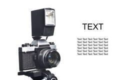 Vieil appareil-photo et éclair de SLR de film d'isolement Image libre de droits