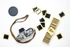 Vieil appareil-photo et configuration plate de glissières sur le blanc Photos stock