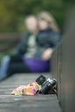 vieil appareil-photo et mouchoir oubliés sur un backgrou de banc en bois Images stock