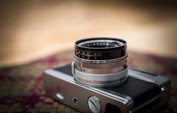 Vieil appareil-photo rétro sur la table Images stock