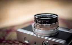Vieil appareil-photo rétro sur la table Image stock