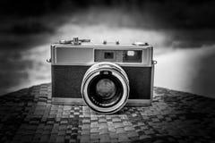 Vieil appareil-photo rétro sur la table noire et blanche Photographie stock