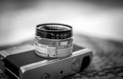 Vieil appareil-photo rétro sur la table noire et blanche Image stock