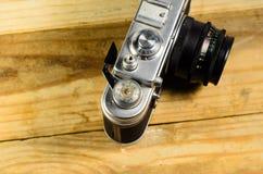 Vieil appareil-photo soviétique de télémètre sur une table en bois image libre de droits