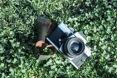 Vieil appareil-photo sur l'herbe Image libre de droits