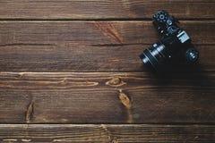 Vieil appareil-photo sur la table en bois Photos stock