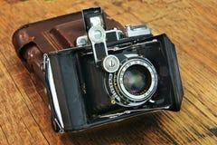 Vieil appareil-photo sur un fond en bois Ensemble de photographe Photographie stock libre de droits