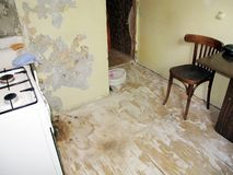 Vieil appartement sale Vieux appartements de r?paration commenc?s images stock