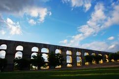 Vieil aqueduc d'Amoreira dans Elvas Photographie stock libre de droits