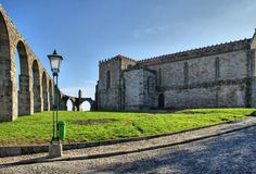 Vieil aqueduc et monastère de Santa Clara Images libres de droits