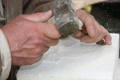 Vieil artisan Mason pendant le traitement d'un morceau de mA blanc Photographie stock libre de droits