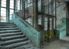 Vieil ascenseur dans un hôpital abandonné dans Beelitz Photos stock