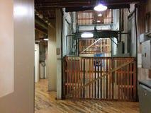 Vieil ascenseur de fret Images stock