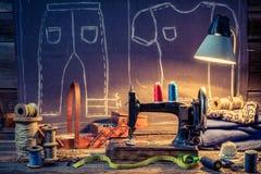 Vieil atelier de couture avec la vieux machine et tissu Photos stock