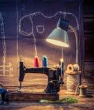 Vieil atelier de couture avec les fils, la machine et le matériel de couleur Images libres de droits