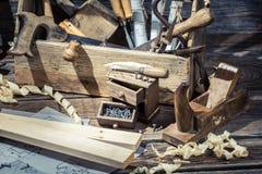 Vieil atelier de menuiserie avec la boîte à outils Photo stock