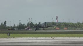 Vieil atterrissage d'avion de propulseur banque de vidéos