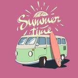 Vieil autobus avec la planche de surf Photo stock