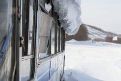 Vieil autobus de vintage couvert de neige d'hiver au fond de montagnes Image stock