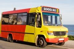 Vieil autobus scolaire coloré images libres de droits