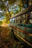 Vieil autobus scolaire rouillé dans un entrepôt de ferraille Photo libre de droits