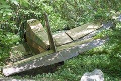 Vieil avion écrasé en bois vert-foncé L'urgence perdue d'avion a débarqué dans la forêt, jungle images libres de droits