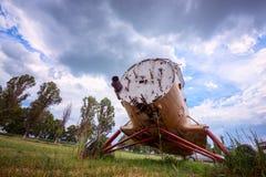 Vieil avion abandonné sur un aérodrome envahi Image stock