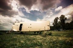 Vieil avion abandonné sur un aérodrome envahi Photos libres de droits