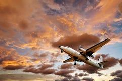 Vieil avion avec le coucher du soleil de ciel Photographie stock