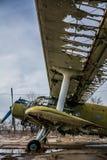 Vieil avion cassé sur l'aérodrome Images stock