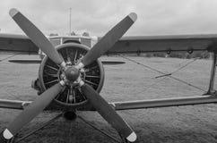 Vieil avion dans des couleurs noires et blanches Photographie stock libre de droits